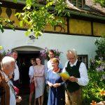 Georg Halbgebauer, neben seiner Frau Brigitte und deren Kindern (OB Christopher Pivec), begrüßt die Gäste