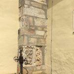 Freigelegte romanische Bauelemente der Kirche