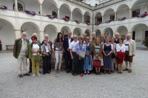 Die St. Georgs-Ritter und Freunde vor Verlassen des Schlosses Herberstein